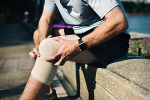 man with knee pain Richard Metcalf Osteopathy in Sheffield Walkley